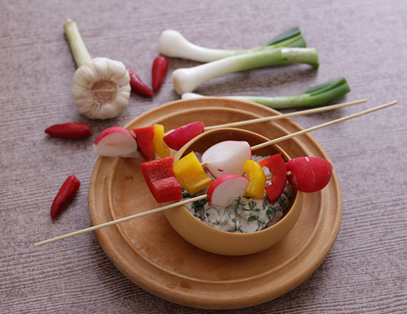 Fetás-spenótos mártogatós zöldségnyársakkal